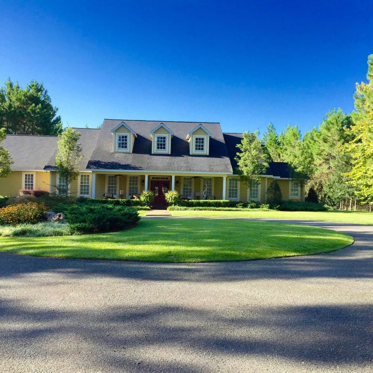 We prioritize a low-pressure washing approach to clean your home. Soft washing creates unbeatable curb appeal - without putting your home at risk from exposure to strong pressures. This approach delivers the superior quality your siding deserves, sans the excessive pressure that comes with traditional power washing.